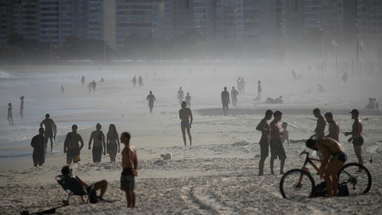 La gente disfruta en la playa de Copacabana durante el brote de la enfermedad del coronavirus en Río de Janeiro, Brasil, el 29 de marzo de 2020.