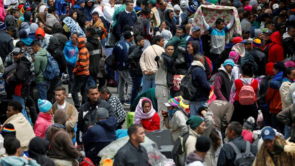 Los migrantes venezolanos esperan registrar su salida de Colombia antes de ingresar a Ecuador, en el Puente Internacional de Rumichaca, Colombia. 9 de agosto de 2018.
