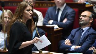 Marlène Schiappa, secretaria de Estado a la Igualdad, observada por el primer ministro Edouard Philippe, se dirige al parlamento francés el 15 de mayo de 2018.
