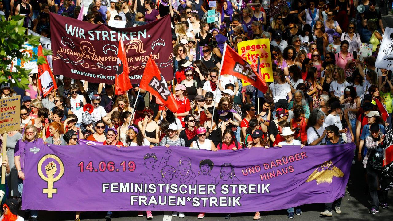Miles de mujeres portan pancartas en una manifestación durante una huelga en Zurich, Suiza, el 14 de junio de 2019.