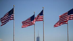 Des drapeaux américains flottants au-dessus du One World Trade Center lors d'une cérémonie de naturalisation au Liberty State Park, le 15 septembre 2017, New Jersey.