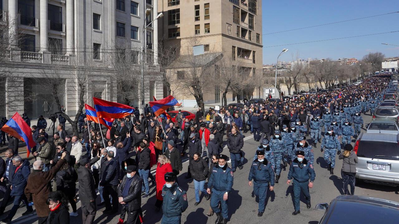 Cientos de opositores en Ereván, Armenia, piden la renuncia del primer ministro Nikol Pashinián el viernes 26 de febrero de 2021.