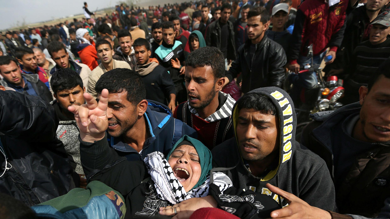 Una mujer palestina herida es evacuada durante enfrentamientos con tropas israelíes, en el marco de las protestas en Gaza que exigen el derecho de los palestinos a regresar a su tierra natal, en el sur de la Franja de Gaza, el 30 de marzo de 2018.