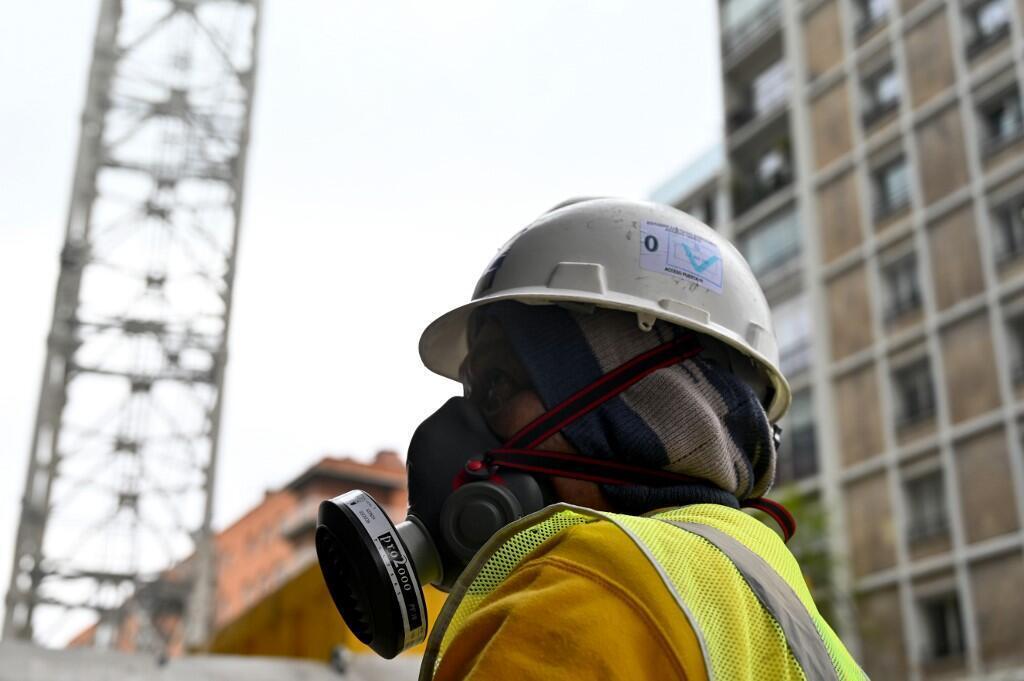 Un ouvrier sur le chantier de rénovation du stade Santiago Bernabeu, à Madrid, le 14 avril, alors que les premières mesures de déconfinement ont été annoncées par le gouvernement espagnol.