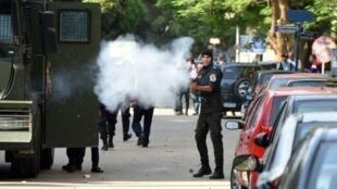 الشرطة المصرية خلال تفريق تظاهرة في القاهرة 25 أبريل 2016