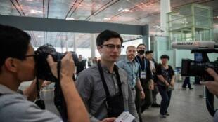 أليك سيغلي، الطالب الأسترالي المتهم بالجاسوسية، يحمل تذكرة سفر إلى مطار بكين الدولي في 4 يوليو/تموز 2019.