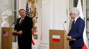 El ministro de Relaciones Exteriores de Polonia, Jacek Czaputowicz (derecha) y el secretario de Estado de EE. UU., Mike Pompeo, en Varsovia, Polonia el 13 de febrero de 2019.