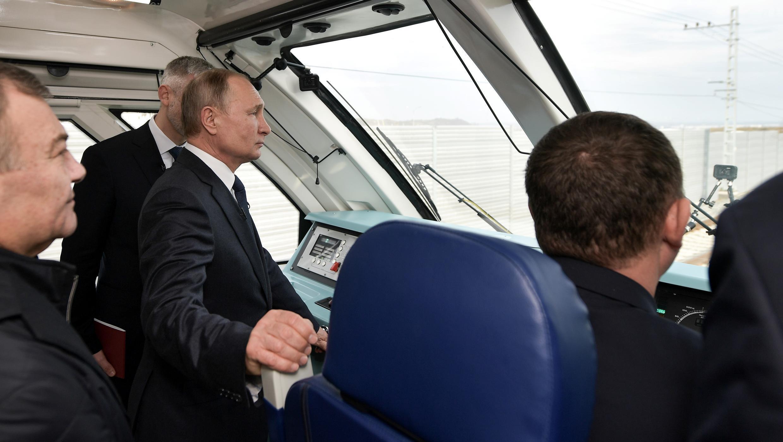 El presidente ruso, Vladimir Putin, en la cabina de un tren que viaja de Kerch a Taman a través de un puente, que fue construido para conectar el continente ruso con la península de Crimea a través del estrecho de Kerch, en Kerch, Crimea, el 23 de diciembre de 2019.