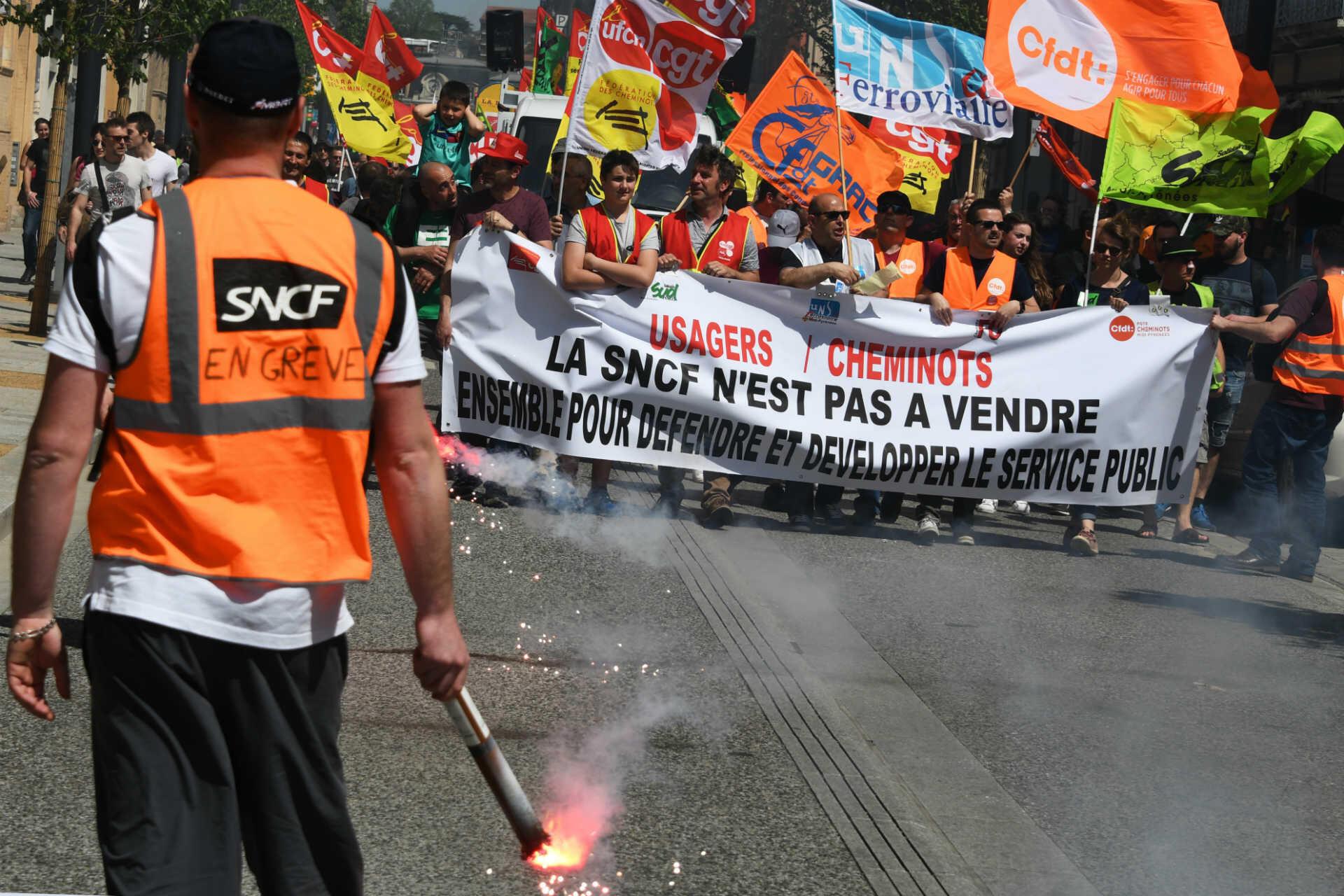 Le gouvernement lance en mars sa réforme de la SNCF qui met dans la rue des milliers de cheminots jusqu'à l'été. Malgré les nombreuses manifestations, la réforme est adoptée en juin. À cette époque, la rue ne fait pas encore plier Emmanuel Macron.