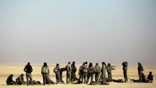 مقاتلون من قوات سوريا الديموقراطية يتجمعون قرب قرية شمال شرق الرقة