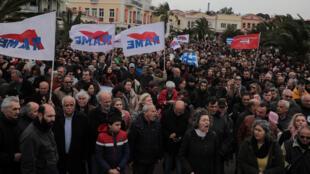 سكان جزيرة ليسبوس يتظاهرون اعتراضا على بناء مخيمات جديدة للمهاجرين، ميتيليني، جزيرة ليسبوس، اليونان، في 27 فبراير/ شباط 2020.