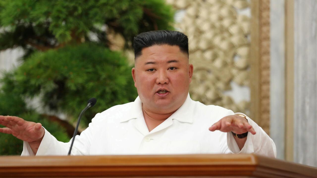 Kim Jong-un habla durante una reunión del comité central del Partido de los Trabajadores en Pyongyang, Corea del Norte, el 2 de julio de 2020.