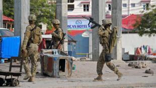 Des soldats somaliens montent la garde à Mogadiscio après l'attaque de l'hôtel Sahafi, le 1er novembre 2015.