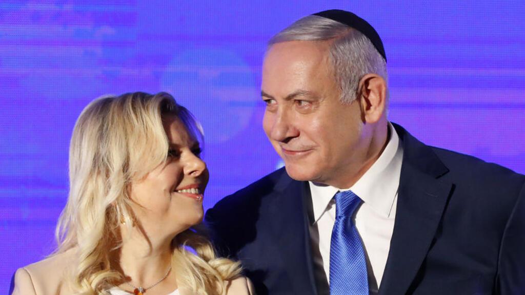 El primer ministro israelí Benjamin Netanyahu junto a su esposa Sara antes de iluminar una estilizada menorá al comienzo de Janucá el 2 de diciembre de 2018 en Ramat Gan, Israel.