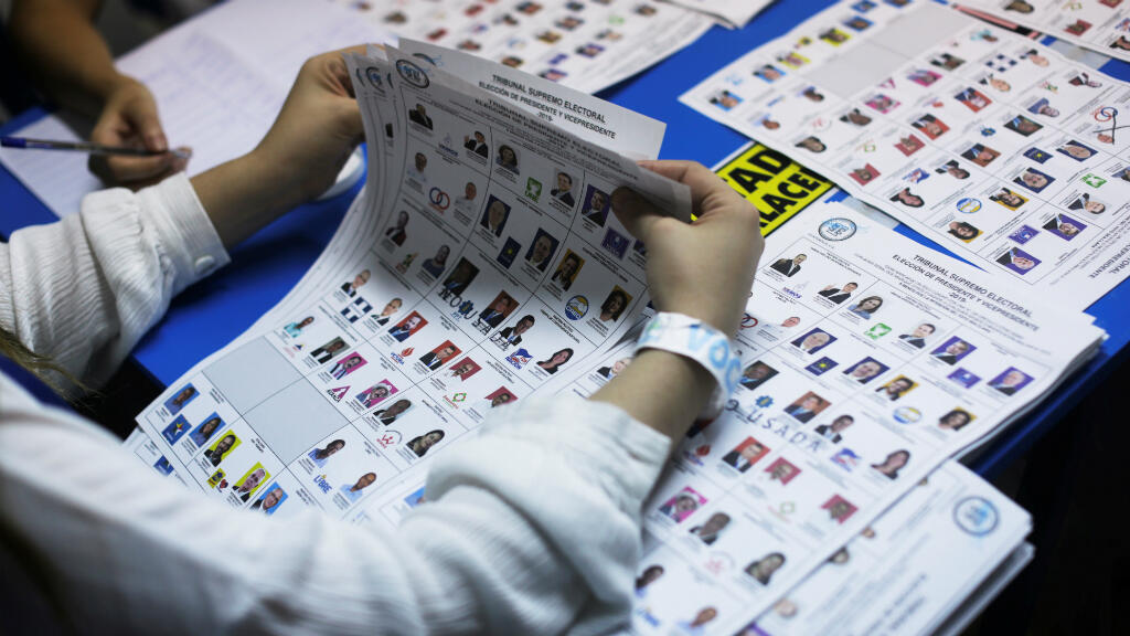 Los trabajadores electorales examinan las papeletas, y cuentan votos después de la primera ronda de las elecciones presidenciales, en un centro de votación en Ciudad de Guatemala, Guatemala, el 16 de junio de 2019.