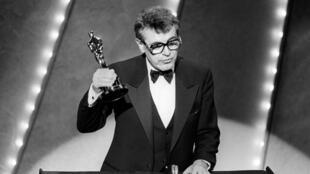 """Le réalisateur Milos Forman lors de la remise de l'Oscar du meilleur film pour """"Amadeus"""", le 25 mars 1985."""
