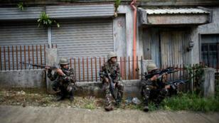 Des soldats philippins en patrouille à Marawi, le 6 juin 2017.