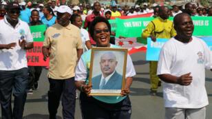 Une dame arbore le portrait du président burundais, Pierre Nkurunziza, lors d'un rassemblement à Bujumbura, le 14 mai 2016.