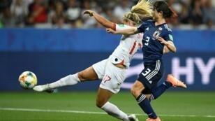 L'Anglaise Rachel Daly (g) et la Japonaise Saori Takarada à la lutte en match du Mondial féminin, le 19 juin 2019 à Nice