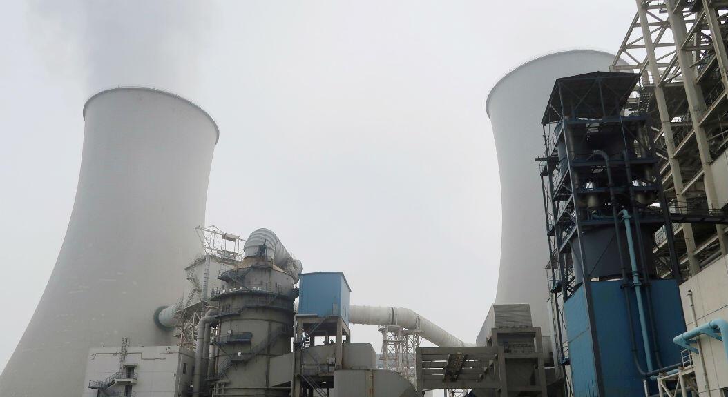 Una capa de smog se observa desde una torre de enfriamiento, en una planta de energía de carbón de emisión ultrabaja de China Energy, en Sanhe, provincia de Hebei, China, el 18 de julio de 2019.
