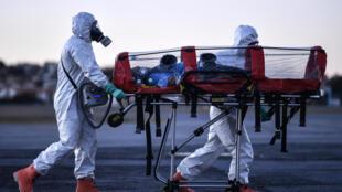 عناصر من فرق الإطفاء ينقلون مصابين بكوفيد-19 في البرازيل بتاريخ 22 تموز/يوليو 2020