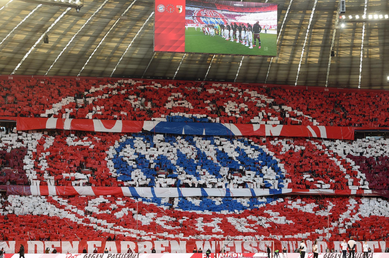 مشجعون يرسمون شعار نادي بايرن ميونيخ خلال مباراة على ملعبه أليانز أرينا ضد أوغسبورغ ضمن الدوري الألماني لكرة القدم، 8 آذار/مارس 2020.