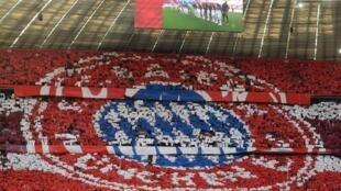 مشجعون يرسمون شعار نادي بايرن ميونيخ خلال مباراة على ملعبه أليانز أرينا ضد أوغسبورغ ضمن الدوري الألماني لكرة القدم، في الثامن من آذار/مارس 2020.
