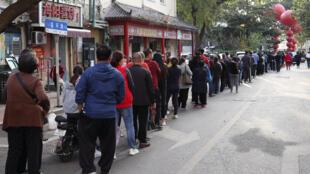 Habitantes de Qingdao guardan cola para hacerse una prueba de detección del coronavirus, el 12 de octubre de 2020 en esa ciudad al este de China