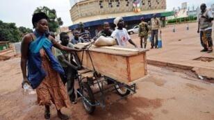 Des habitants de Bangui transportent un cercueil, le 6 décembre 2013