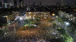 آلاف الاسرائيليين يتظاهرون في ساحة رابين احتجاجا على تعامل الحكومة مع ازمة فيروس كورونا