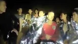 Les enfants coincés dans la grotte sont apparus dans une nouvelle vidéo mercredi 4 juillet 2018.