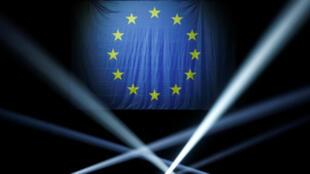 La bandera europea ondea en un mítin del movimiento francés Rénaissance en París el 12 de mayo