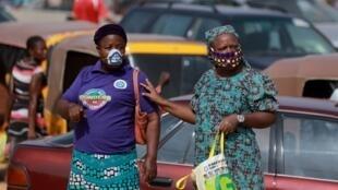 Dos mujeres caminan cerca al mercado de Dutse Alhaji en Abuya, Nigeria. Archivo.