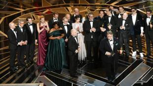 """L'équipe du film """"La Forme de l'eau"""" sur scène pour recevoir son prix, dimanche 4 mars à Hollywood."""