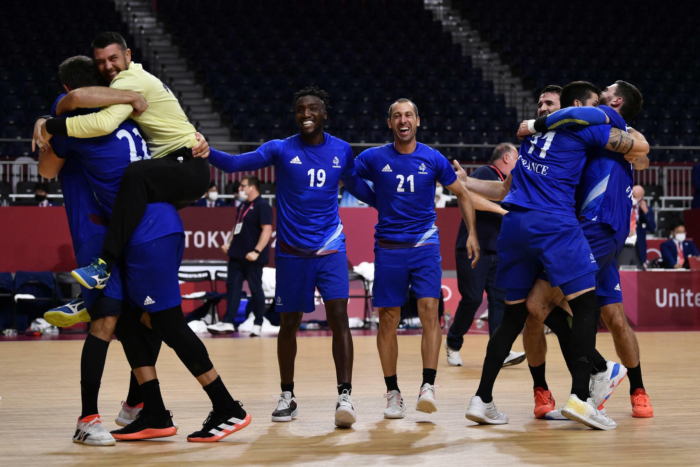 La joie des handballeurs français,  après la victoire (25-23) face au Danemark, lors de la finale, le 7 août 2021 aux Jeux Olympiques de Tokyo 2020