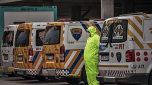 Un paramédico de emergencias espera la admisión del paciente que ha trasladado en una ambulancia al Hospital Greenacres de Port Elizabeth, Sudáfrica, el 10 de julio de 2020
