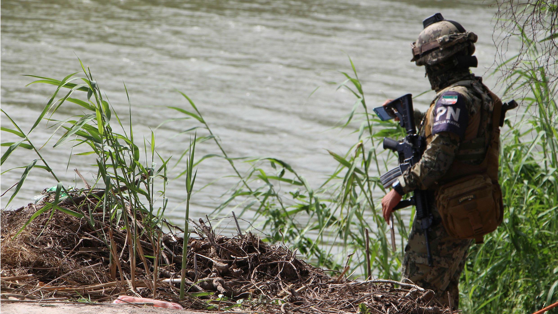 Un miembro de la Policía mexicana patrulla la zona donde fueron hallados el 24 de junio de 2019 los cuerpos sin vida de un presunto migrante y su bebé en la orilla del Río Bravo en Matamoros, frontera con EE. UU., en el estado de Tamaulipas (México).
