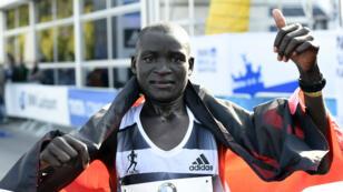 Le Kenyan Dennis Kimetto célèbre son exploit au marathon de Berlin, dimanche 28 septembre