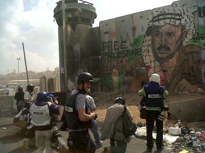 Des journalistes devant le checkpoint de Qalandia. (Crédit : Willy Bracciano / FRANCE 24)
