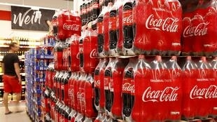 Botellas de Coca-Cola se exhiben en un supermercado del minorista suizo Denner en Glattbrugg, Suiza, el 26 de junio de 2020.
