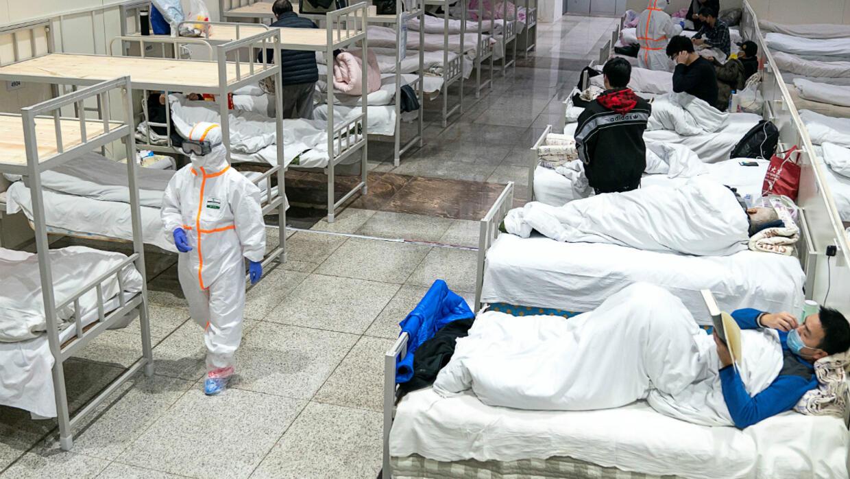 Des patients soignés au Wuhan International Conference and Exhibition Centre, converti en hôpital de fortune pour recevoir des personnes présentant des symptômes bénins causés par le nouveau coronavirus, à Wuhan, dans la province du Hubei, en Chine, le 5 février 2020.