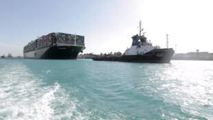 Photo fournie par l'Autorité du canal de Suez montrant l'Ever Given après son renflouement, le 29 mars 2021