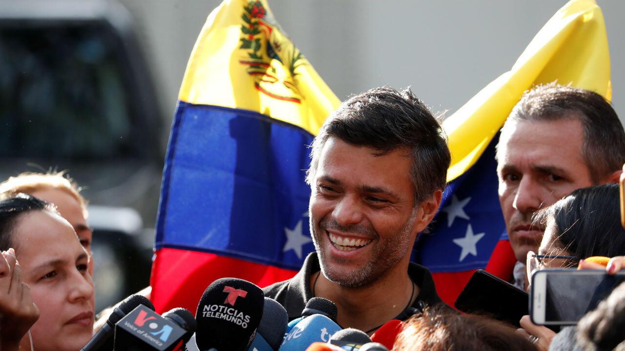 L'opposant Leopoldo Lopez s'adresse à des journalistes dans la résidence de l'ambassadeur espagnol à Caracas, le 2 mai 2019.