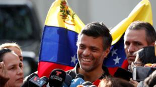 El opositor Leopoldo López se dirige a los periodistas en la residencia del embajador de España en Caracas, el 2 de mayo de 2019.