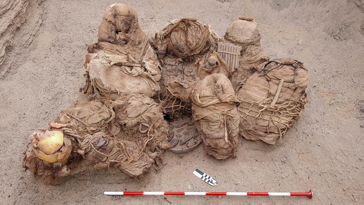 Gas pipe workers find 800-year-old bodies in Peru - France 24