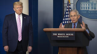 الرئيس دونالد ترامب يصغي لتصريحات الطبيب انتوني فاوتشي خلال الإيجاز الصحافي الخاص بمستجدات فيروس كورونا في البيت الأبيض في 10 نيسان/أبريل 2020
