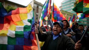 Partidarios de Evo Morales sostienen banderas en su favor durante una marcha en La Paz, Bolivia, 12 de noviembre de 2019.