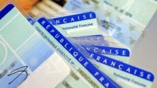 Des cartes d'identité au centre d'établissement de la carte d'identité française de Limoges, le 25 février 2010.