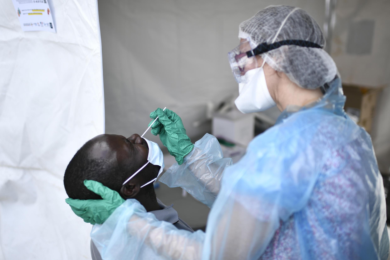 Un homme passant un test de dépistage du Covid-19, le 22 mai 2020 à Clichy-sous-Bois, près de Paris.