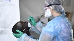 Un hombre se deja tomar una muestra para hacer la prueba de detección del coronavirus el 22 de mayo de 2020 en la localidad francesa de Clichy-sous-Bois, cerca de París